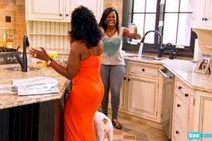Kandi mixes up a cup of Lipton instant ice tea for Phaedra  (photo from bravotv.com)